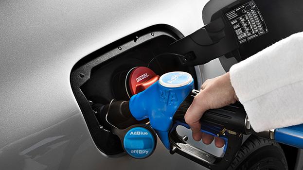 Apertura del depósito AdBlue. Foto: Mercedes Benz