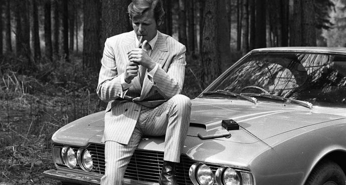 Roger Moore y su Aston Martin DBS de 1970. Foto: classicdriver