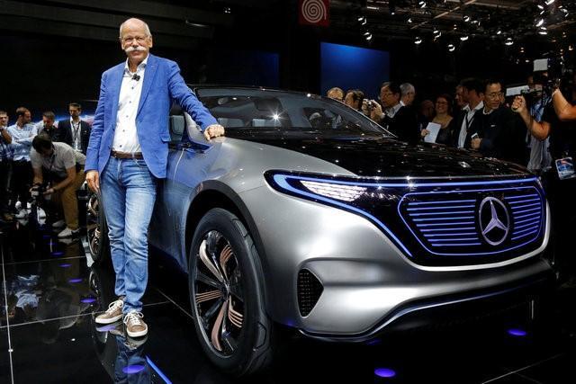 Dieter Zetsche, CEO de Daimler Mercedes-Benz con el Mercedes EQ. Foto: Reuters