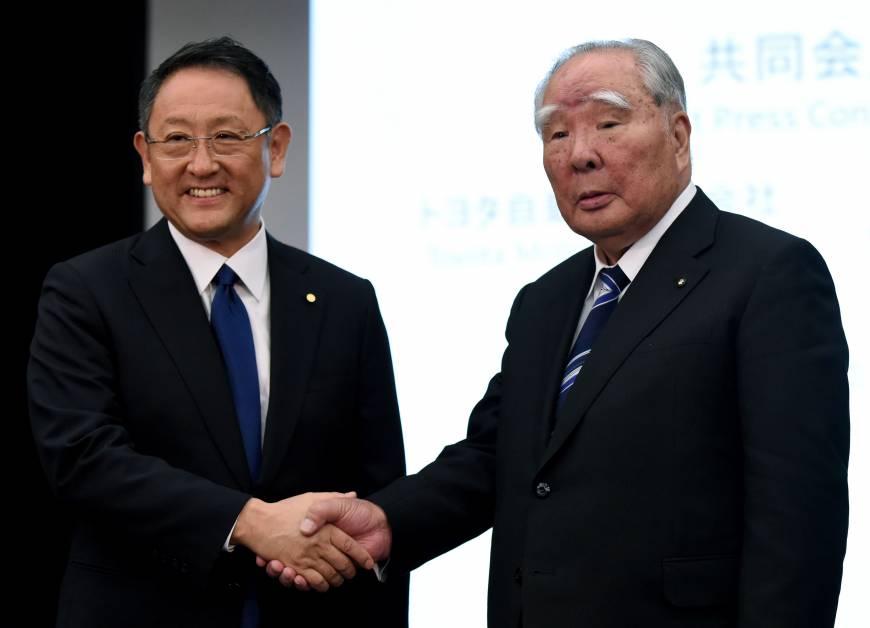 Los presidentes de Toyota y Suzuki sellan un acuerdo de colaboración. Foto: AFP-JIJI
