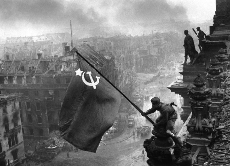Soldado soviético ondea la bandera de la Unión Soviética sobre el Reichstag, el parlamento alemán. Foto: Associated Pess