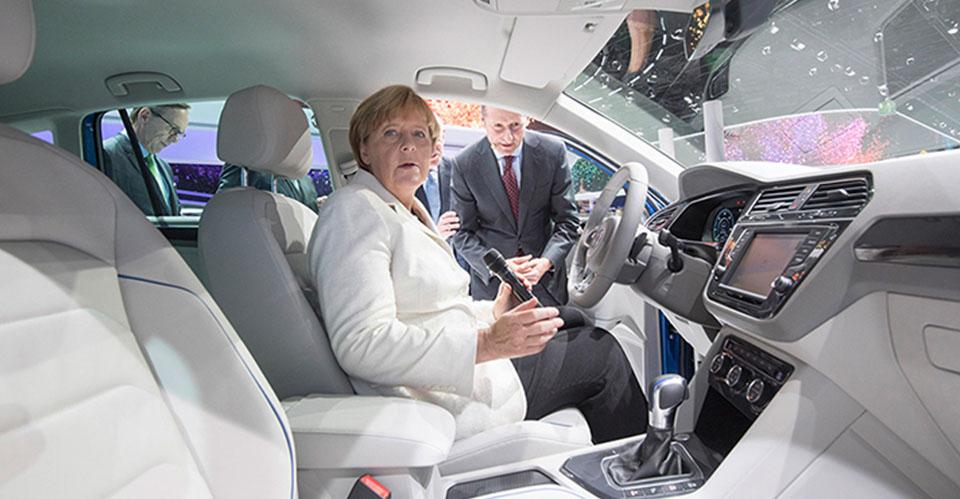 Angela Merkel conoce las nuevas tecnologías de Volkswagen. Foto: Volkswagen